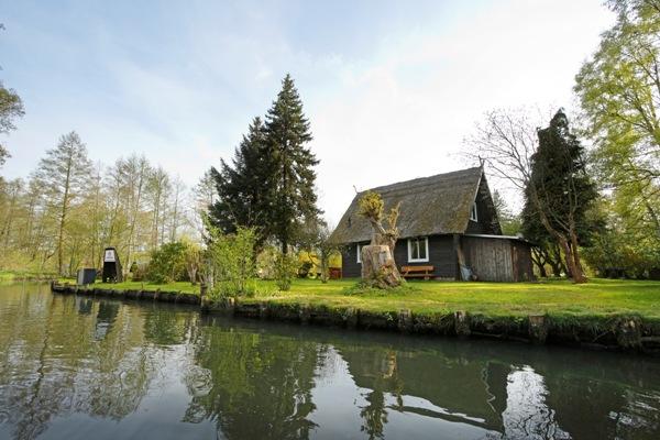 Ferienhaus aus Holz am Wasser