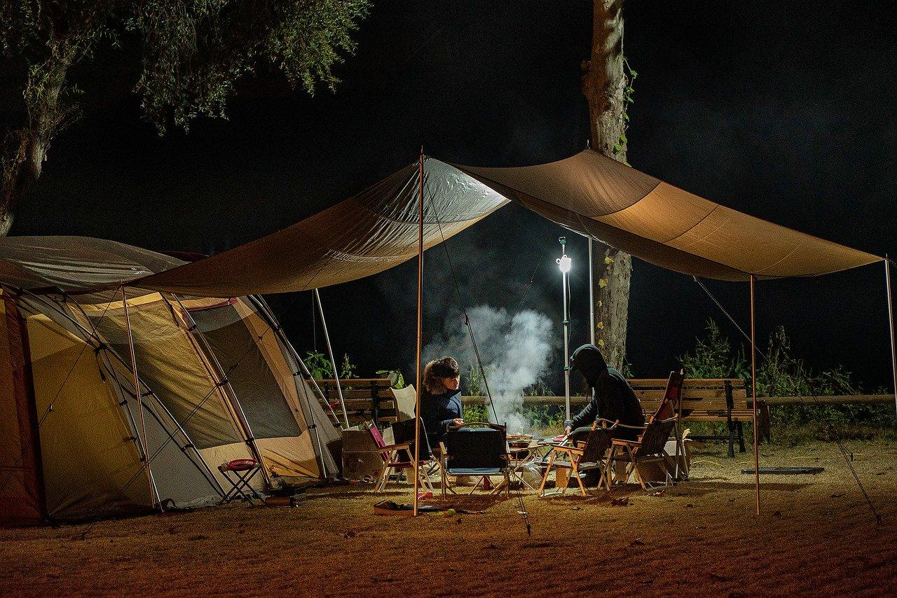 Camping Zelt mit 2 Personen beim Grillen  Übernachten Spreewald